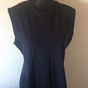 Uniqlo - kjole Str. XL Næsten som ny Farve: mørkeblå Lavet af: 61% viscose, 34% polyamide og 5% elasthane Mål: Brystvidde: 100 cm hele vejen rundt Livvidde: 96 cm hele vejen rundt Længde: 94,5 cm Køber betaler Porto!  >ER ÅBEN FOR BUD<  •Se også mine andre annoncer•  BYTTER IKKE!