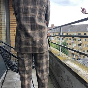 Acne Studios jakkesæt. Købt til omkring 7000kr. Prisen er til forhandling    Brown plaid / checked Acne Studios Prince of Wales suit bought for 7000kr. Used only twice. 80% wool. Fit is true to size - both pants and jacket are 36 and fit perfectly. I am 168 cm.