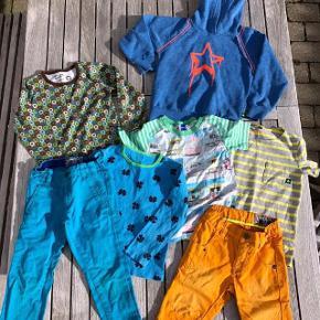 Brand: Molo, Hollys, katvig Varetype: Bukser, shorts, t-shirts, bluse og hættetrøje Størrelse: 5 år Farve: flere Oprindelig købspris: 2000 kr.  Tøjpakke fra lækre mærker som Molo, Hollys og Katvig. Passer til dreng str. 5 år.  Der er fede orange Molo jeans shorts i fin stand, En stribet t-shirt (dog i str. 6 år) i gul og grå, den er kun lidt brugt, men der er til gengæld kommet lidt grålig maling på forsiden nederst, ikke at det betyder så meget. Lækker Katvig bluse i dejlige farver, fejler intet, Fin blå Holly bluse med kløverblomster, der dog har en plet på ærmekanten. Molo tee med badehuse, den er godt brugt men er stadig skøn, har et lille hul ved mærket i nakken. Turkisblå chinos i flot snit, det venstre knæ dog med slidtage (næsten hul). sidst en lækker hættetrøje fra Molo, blå med orange kanter og stjerne.stoffet på denne er meleret og med nister i, der ligner fnuller. Samlet pris for alt dette er: 180 kr. pp