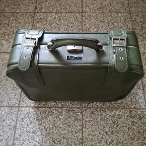 BYD...fiks håndkuffert.perfekt som håndbagage på flyveturen. Længde : 46 cm Højde : 34 cm Bredde : 14,5 cm