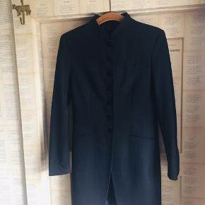 Sort skræddersyet jakke.  Sidder fantastisk smukt og er med kinakrave