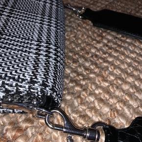 Super lækker crossbody taske, i et fedt sort/hvidt mønster. Tasken er så god som ny, med ingen brugsspor, da den har været brugt 1-2 gange. Den kan indeholde pung, telefon, læbepomade, og flere småting, man nu lige har brug for på farten - så den er helt perfekt. BYD GERNE 💃🏼