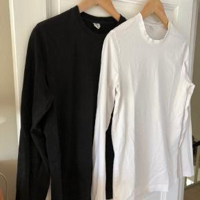 2 stk langærmet t-shirts fra ARKET sælges helst samlet.  Stoffet er det samme som deres almindelig t-shirts.  Obs—mærket indeni den hvide er klippet ud, og derfor er syning gået en smule op (se billedet). Kan nemt repareres!   ———————————————————————  Se mine andre annoncer!  ARKET, & Other Stories, Rodebjer, Samsøe & Samsøe, ARQ, Monki, H&M, Nike, Zara, Ray Ban, Won Hundred, ENVII, American Apparel