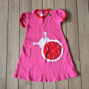 Nypris: 279,95 Super sød økologisk kjole fra Freds World med mariehøne-lomme❤️