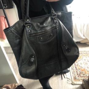 Overvejer at sælge min balenciaga sunday Tote. Virkelig fed og brugbar taske, som ikke ses so ofte.  Kan afhentes i Århus og muligvis København.