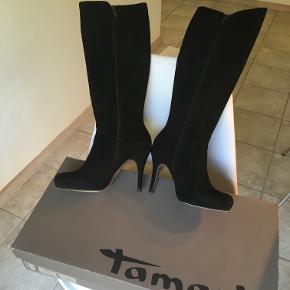ET par sorte, ruskind Tamaris høje støvler med lille plateau sål og spids hæl. Har stået i mit skab i 100 år, og har måske været ude at gå en enkelt gang, men ser stort set helt nye ud. Kan afleveres hos dig et sted mellem nordsjælland og frb/kbh efter aftale. Bud modtages. Nypris ca. 1500.