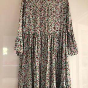 Sælger denne smukke og behagelige (!) kjole fra Month of May. Kun brugt få gange.