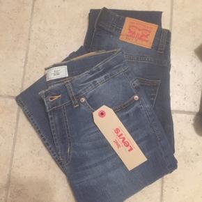 2 par blå jeans, model 511 slim. Str. 12 år. Det ene par med mærke på endnu. Det andet par kun prøvet på, aldrig brugt!Fuldstændig som nye.