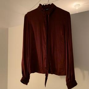 Blød og lækker Dolce & Gabbana silkeskjorte, med fine detaljer 🌹 Materiale: 100% silke