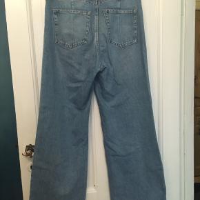 Jeans fra Weekday mærket ACE, et par str 32/32. Wide flared legs from Seat and down. Let forvaskede.  Livvidde 93cm i lys blå.  Desuden et par i str 29/32. Livvidde 81cm. I sort. Stykpris 100kr Kan hentes kbh v eller sendes for 40kr dao