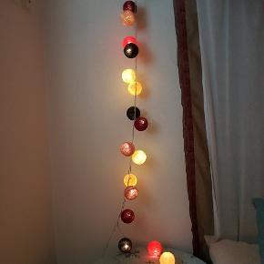 ⚪🔴⚫HAPPY LIGHTS  Lyskæde med 20 pærer. Derudover har jeg 28 løse bolde.  Få bolde er trykket lidt, kan ikke undgås når man sætter dem på pærerne.