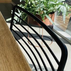 Hay Hee stole / Dining chair 6 stk sorte Hay Hee stole til salg.  Fremstår flotte og kun brugt inde.  ***SAMLET PRIS KUN 3900,-*** (Nypris pr stol 1199,- / 7194,-)  -Kontakt 50413100 -Afhentning Østbirk tæt på Skanderborg/Horsens   -Evt Levering