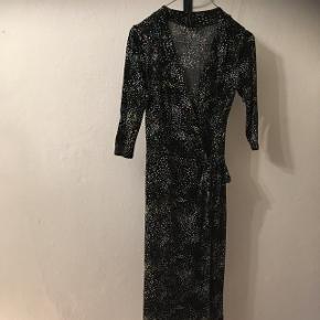 Smuk slå om kjole i str. 38 fra H&M.  55kr, eller byd😊 Aarhus