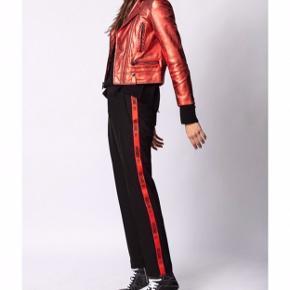 De sejeste Zadig & Voltaire bukser, med en rød stribe!⚡️ Brugt få gange 🖤 Np: 1600
