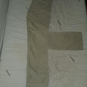 Tommy hilfiger bukser i base farve. Ved ikke helt hvad størrelse det er, der står bare  8 og inde i buksen 10/12. Jeg kan dog sagtens passe dem pg bruger normalt 30/32