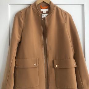 Helt nyt jakke fra H&M sælges. Den har aldrig været i brug og der sidder stadig mærkat på.  Str.36 / passer også str.38.  Afhentning på Frederiksberg