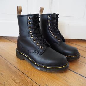 Dr. Martens 1460 veganske støvler. Støvlerne er brugt 1 gang, og sælges da de er købt for små. De er i rigtig god stand, og jeg er meget ærgerlig over at skulle sælge dem. Jeg sælger støvlerne for 900 kr. Ny pris for støvlerne er 1395,00 kr.