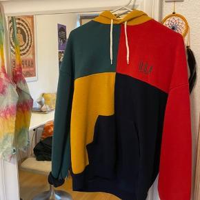 Super blød hoodie og multifarver. Passer både unisex samt børn/tweens🥰