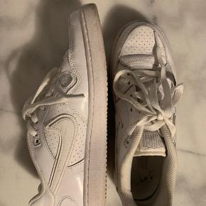 Hvide Nike Air Force i str. 39.   Skoene er brugt få gange og fremstår derfor pæne og rene uden skrammer og helt hvide snørebånd.   Jeg har mulighed for at mødes og handle i Storkøbenhavn og sender ellers med DAO gennem trendsales.   Har du spørgsmål eller ønsker flere billeder, så tøv ikke med at skrive mig en besked.