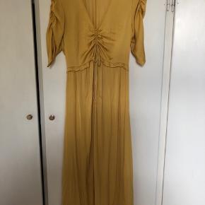 Den smukkeste gule kjole fra Oysho. Den er brugt én gang som gravid til et bryllup. Den falder meget smukt og har bindebånd ved brystet . Ankellang.