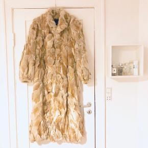 🏡 Flyttesalg 50% på alt, er trukket fra den oprindelige pris👆🏼🏡 📦 Alt skal væk i Januar 📦  📬 Køber betaler for forsendelse 📬  Flot lang Polarræve pels med god lukning og i ny stand.   📸 Kan sende billede med den på 📸  Kom med et bud. Passes af en 38-42