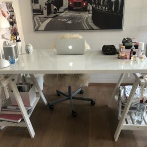 Sælger mit fine skrivebord fra IKEA da jeg skal flytte og derfor ikke skal have det med. Er meget åben for bud.