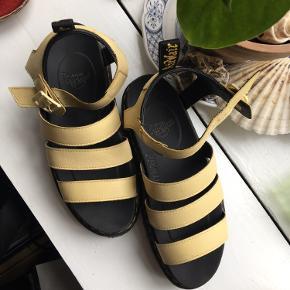 Æggeskalsgule Dr. Martens sandaler i str. 41. Kun brugt to gange da de er lidt for små til mig