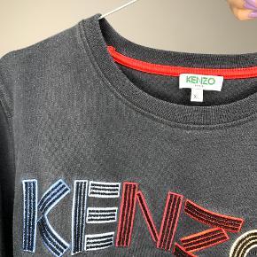 Kenzo sweatshirt  Har selv købt den herinde, så jeg har ikke kvittering eller noget. Jeg mener det er en børnestørrelse XL. Passer en voksen small/lille medium. Pris: 200,- Ret forvasket.
