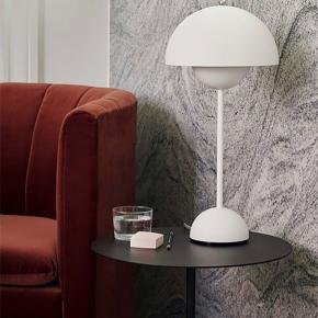 Helt ny flowerpot bordlampe i mat hvid. Fået i gave juni 2020.. stået fremme i knap 1 uge, derfor nærmest ikke brugt. Np.2199kr