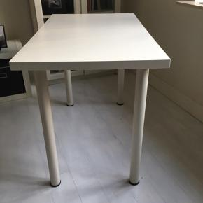 Pænt skrivebord.  Fra IKEA. Kan afhentes i Skælskør.