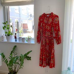 Super smuk kjole med lange ærmer. Lidt gennemsigtig. Har bånd der snøres i taljen. Sælges kun fordi jeg ikke får den brugt. Str. Small 🌻 Prisen er fast - og forsendelse kommer oveni.