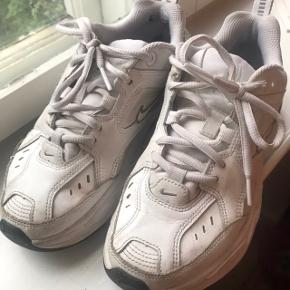 Nike tekno sneakers i hvid og sort. Lidt beskidte og lidt slid indvendigt ved hælen. Købt i Nike butik i Tokyo