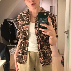 Kortærmet blomstret skjorte i lyserøde nuancer fra Urban Outfitters.  Kostede omkring 500kr for ny og er i super lækkert og blødt stof samt god kvalitet. Str. Small - fitter også xs og M