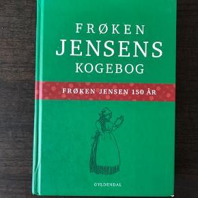 Flot kogebog mes klassiske danske retter.  Den er som ny påkær lidt mærker på hjørnerne af omslaget. Brugt 1-2 gange.  521 sider.   Fra røgfrit hjem.