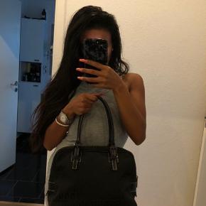 Købt fra luxurybyho men aldrig brugt. Stadig fyldt med bobbelplast så formen ikke bliver flad. Rigtig fin everyday taske. Spørg gerne hvis der er noget!