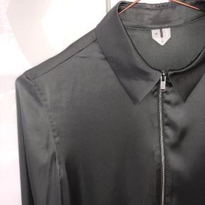 Smuk olivengrøn satinskjorte med lynlås fra Arket. Brugt få gange og fremstår som ny ☀️  Kom med et bud 🎈
