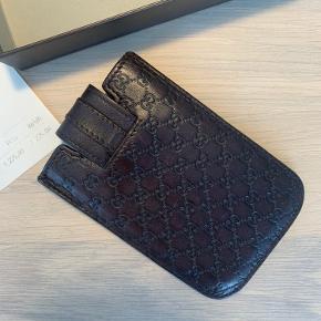 Gucci iPhone holder. Kan bruges fil mange ting. Blandt andet også kort.   Den dur til omkring 4.