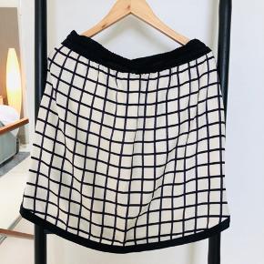 Virkelig fin nederdel ☀️  Ikke interesseret i bytte, men giver 10 pct rabat via mobilepay eller ved afhentning her i Gentofte 🌸☀️🌺