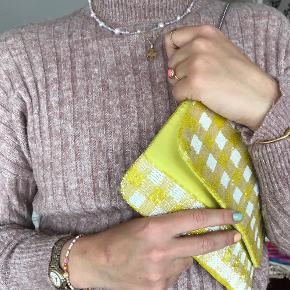 By PHIA håndlavede smykker. Ferskvandsperler med enten hvid eller multifarvet kæde