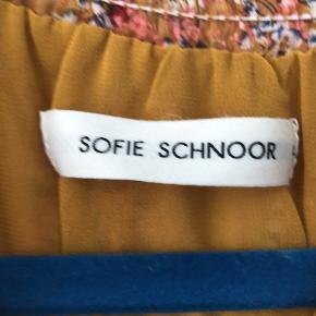 Sælger denne super fine kjole fra Sofie Schnoor, brugt ganske få gange. Den er lidt for stor til mig. Derfor sælges den.
