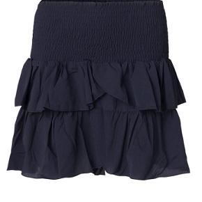 Sælger denne nederdel fra Neo Noir💙 Brugt 3-4 gange  Ingen tegn på slid! Passer både S og M