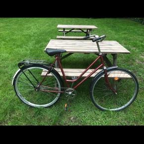 Let damecykel med klassisk stel i mørkerød.  Den kører godt, men sælges pga. oprydning.  Cyklen er netop blevet tilset hos cykelhandleren for 1800,- og har fået nyt baghjul/nav, ny kæde, nye punkterfri dæk og nye slanger (Kvittering haves).