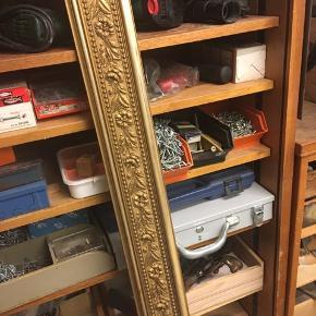Liste, panel, guldmalet træliste med blomsterrelief. Jeg tror de har været brugt til gardiner. Bredde 10cm. Jeg har tre på henholdsvis 145cm (75kr)165cm (75kr) og lidt over 2 meter. (100kr) eller alle tre for 200kr Kan hentes kbh v