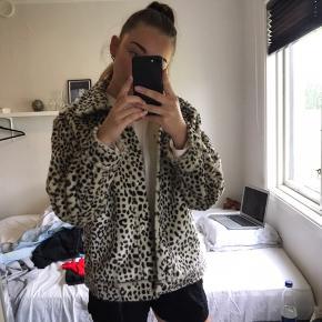 Skindjakke med leopard mønster fra H&M str. S Brugt 1-2 gange og fejler intet Mp 250 Køber betaler fragt