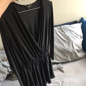 Sælger denne jumpsuit fra projekt unknown. Sælger den da jeg ikke bruger den længere. Den er brugt maks 5 gange, hvilket ikke er til at se 🌸 sendes med dao eller afhentes på min adresse ✨