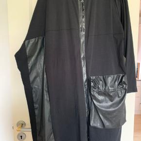 Kanon flot gennemknappet kjole , som bruges både åben og lukket ..mange flotte detaljer....👍 Været brugt 2 gange , men desværre for stor...  Bryst mål : 72x72 Længde : 109