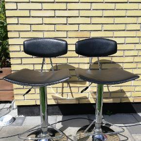 Her er 2 barstole der kan hæves sænkes (se billede) sort læder betræk med sølv metal fod Der er et lille hul på bagsiden af den ene stol (se billede)  Kan afhentes i Brøndby :)