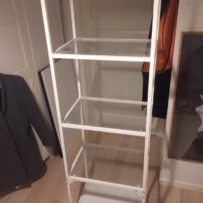 Næsten nyt vitrineskab fra IKEA til en billig pris. Nypris 800kr