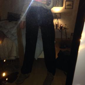 Velour bukser fra Moss cph god stand de er sådan meget mørke bordeauxrøde og super behagelige  Størrelse s Np: 300 kr Mp: 100kr Cond: 8