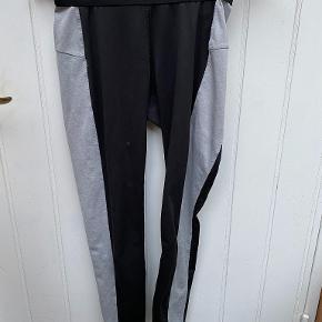 Træningsbukser fra H&M der er sorte med 2 grå striber løbende ned ad benene. De er en lomme bag på som kan bruges til f.eks. nøgler.  De er blevet brugt nogle gange og sælges derfor billigt.  Varen kan afhentes i Helsingør centrum, eller sendes med DAO via trendsales' handelssystem på købers regning.   Skriv gerne hvis du ønsker flere billeder af tøjet eller har spørgsmål.   Husk at tjekke profilen ud for mere tøj ;)